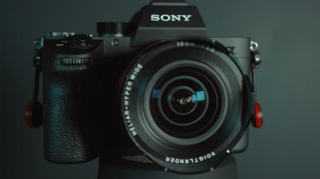 macro fotografia : BERLIN, GERMANY - January 02, 2018: Sony a7R II Alpha Mirrorless Fast-focusing and 4K-shooting Digital Camera ILCE-7RM3