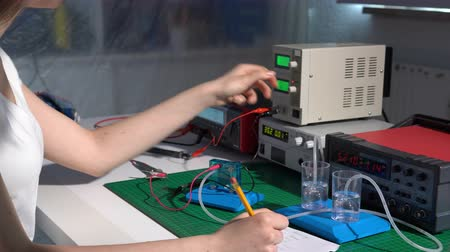 водород : Young girl student in physical lab with hydrogen power cell Стоковые видеозаписи