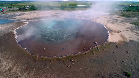 molas : Geyser and hot springs in Haukadal Iceland. Strokkur. Hot spring in   geotermal area, Iceland.