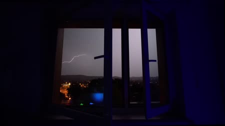 nápadný : Thunderstorm and flash of lightning outside the window at night