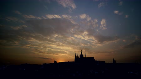 prag : Timelapse of Prague town,   Vitus Cathedral at late evening in Prague, Czech Republic Stok Video