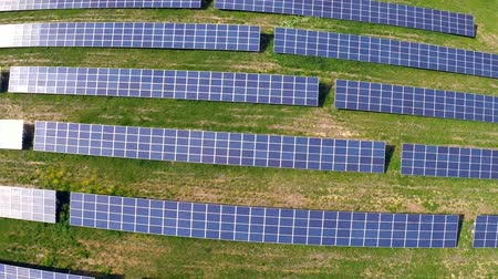 sluneční : Aerial flight over blue solar panels
