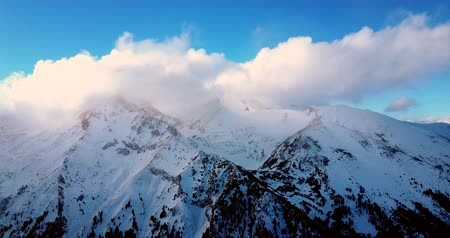esqui : Aerial flight over snowy mountain at winter
