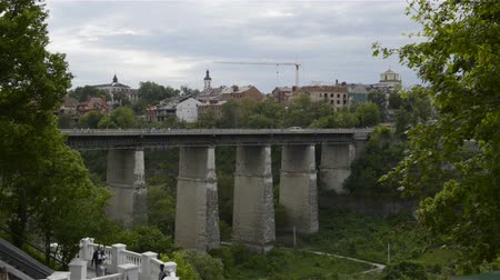 palmo : Novoplanovskiy bridge in Kamianets-Podilskyi city. Cars and people on stone bridge above Smotrych river, Kamianets-Podilskyi city. Timelaps Vídeos