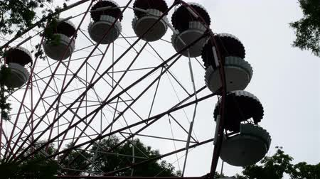 çimenli yol : Ferris wheel in the park on sky background