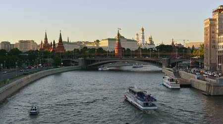 The movement of ships on the Moscow river near the Kremlin. Moscow, Russia 影像素材