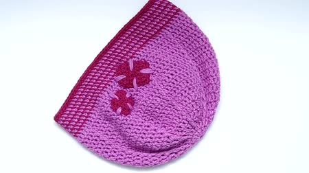 pettyes : Purple crochet hat rotates on the table