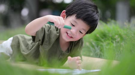 японский рисунок : Cute Asian child drawing picture with crayon