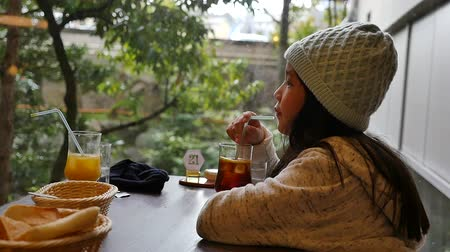 tereyağı : Cute Asian girl eating breakfast in a restaurant