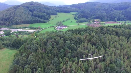 брезент : Glider flying over the mountains in Austria, aerial view