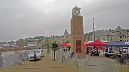 pessoal : Time lapse of people moving around the Oban clock