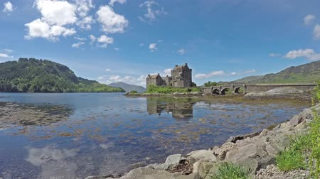 felvidéki : Time lapse of the falling tide with the historic Eilean Donan Castle in background Stock mozgókép