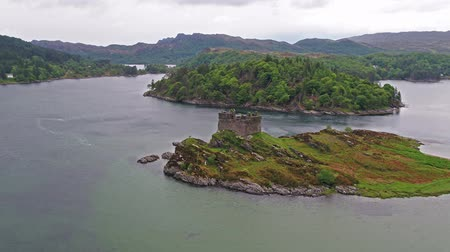 aeródromo : Aerial view of the old ruined Castle in the Highlands of Scotland - Long distance flight part 02 Stock Footage