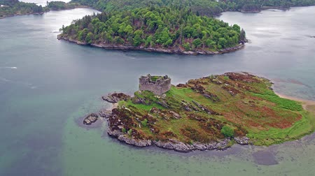 aeródromo : Aerial view of the old ruined Castle in the Highlands of Scotland