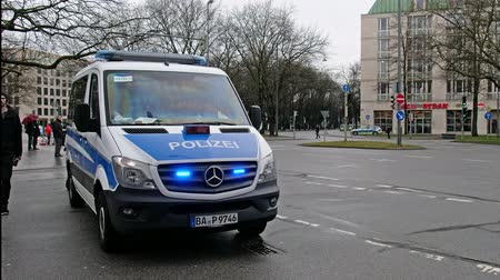 элита : Munich  Germany - February 16 2018 : Huge amount of police controlling the streets of Munich and taking care to guide all politicians to the Munich Security Conference