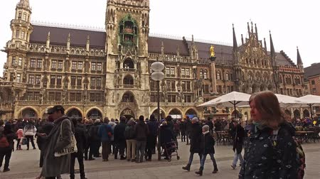 Бавария : Munich  Germany - February 15 2018 : People walking on the Marienplatz Стоковые видеозаписи
