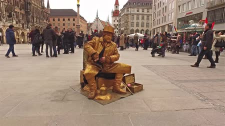 münih : Munich  Germany - February 15 2018 : Golden man performing on the Marienplatz Stok Video