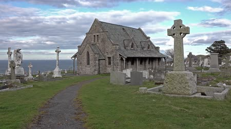надгробная плита : Llandudno  Wales, UK - April 22 2018 : St Tudnos church and cemetery on the Great Orme at Llandudno, Wales, UK Стоковые видеозаписи