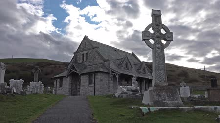 могильная плита : Llandudno  Wales, UK - April 22 2018 : St Tudnos church and cemetery on the Great Orme at Llandudno, Wales, UK Стоковые видеозаписи