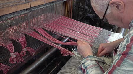 ткать : Trefriw  Wales - April 24 2018 : Worker explaining his jon in the historic woolen mill production in Wales - United Kingdom Стоковые видеозаписи