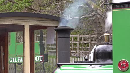taş ocağı : LLanberis, Snowdonia  Wales - May 03 2018 : Steam train standing at The National Slate Museum which is an anchor point of the European Route of Industrial Heritage
