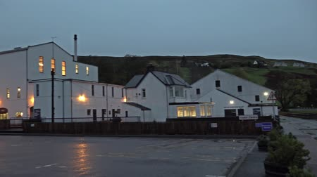 quebradiço : Isle of Skye  Scotland - October 10 2018: The distillery is located close to Loch Harport Stock Footage
