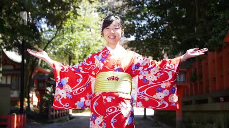 quimono : Beautiful Japanese girl dressed in Kimono welcomes you to Kyoto Vídeos