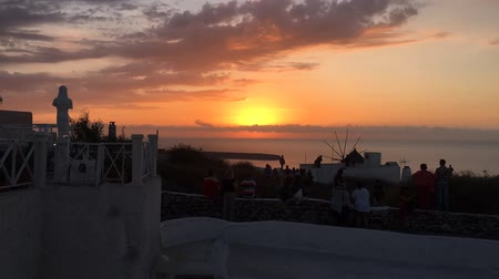 földközi tenger : The whole process of sunset in Oia, Santorini, Greece. with panoramic view, best and most famous in the world. Stock mozgókép