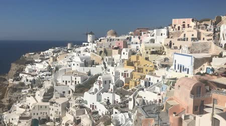 espetacular : 4k video. amazing romantic white houses in Oia, Santorini island, Greece. with a panoramic view of the whole cliff