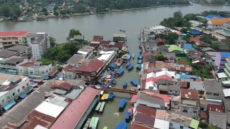 lokaal : Aerial view at the traditional floating market of ancient Amphawa, thailand.