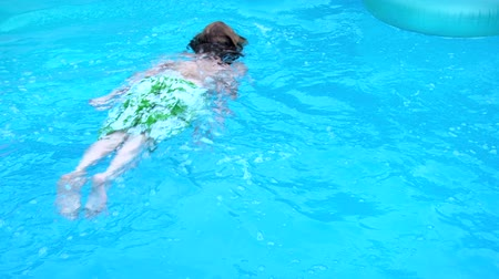 plavání : Teen swimming under water