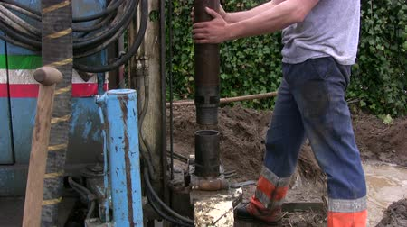 хорошо : Lowering a pipe in a water well