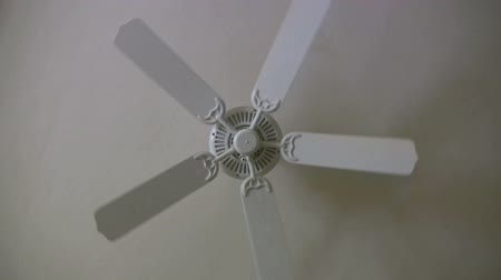 вентилятор : fan on the ceiling Стоковые видеозаписи