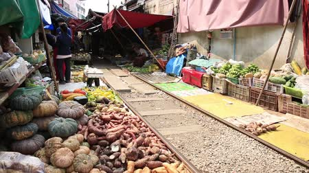капуста : BANGKOK,THAILAND - JANUARY 30 : Vegetable and fruits selling at maekong railway station market , January 30,2015 in Bangkok,Thailand.