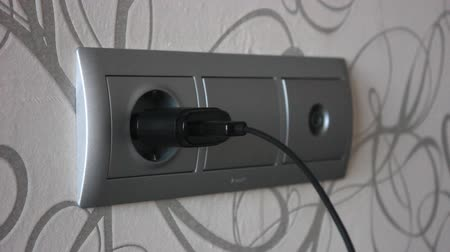 unplug : Plugging and unplugging a power adapter.