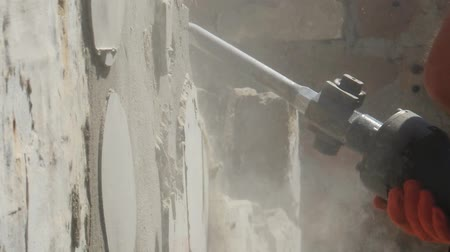 Worker with demolition hammer breaking interior wall. Vídeos