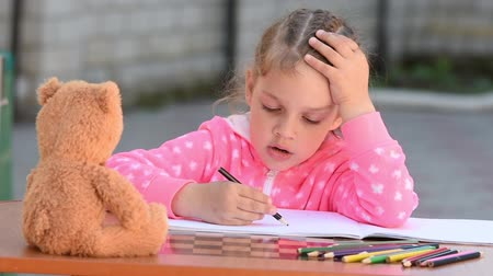 incapacidade : five year old girl draws a beautiful bear