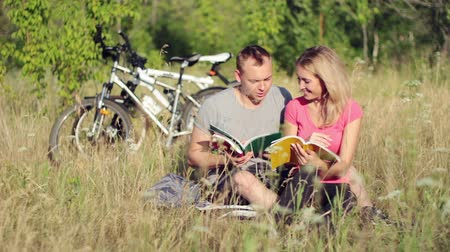 enciclopédia : Attractive couple holding books