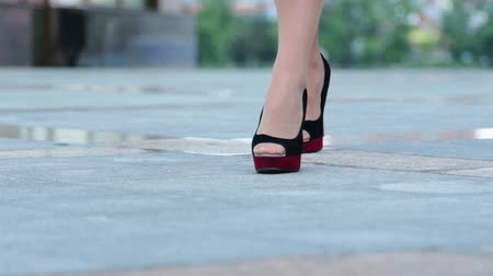 деловая женщина : Close-up of businesswoman in modern shoes walking near the office building    Стоковые видеозаписи