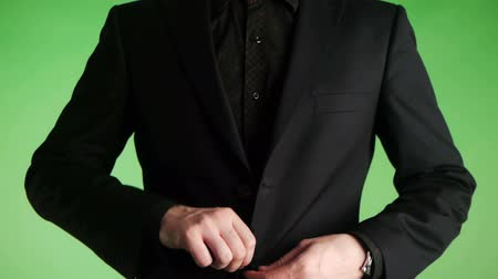 öltöny : businessman buttoning a suit closeup Stock mozgókép