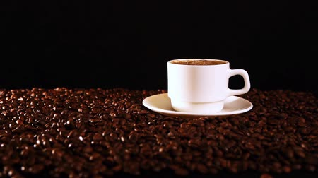 árabe : Coffee is poured into a mug in the dark