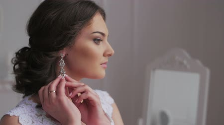 biżuteria : Elegant brunette bride wear beautiful earrings HD