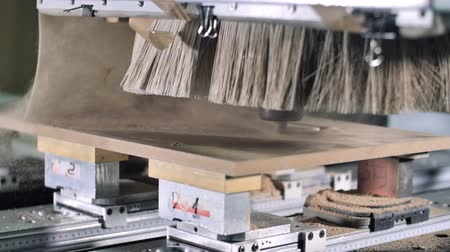 práce ze dřeva : Slow motion automatic milling cutting wood machine. drill bit mill grooves, curved surfaces and drill all the required holes for the pieces of wood