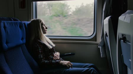 painéis : Woman in moving train feels pain in stomach