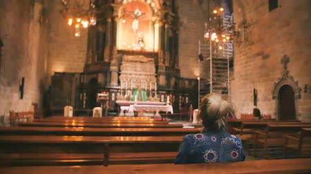 propagation : Woman on the bench in cathedral