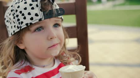 lízat : Little girl sits on the chair and eats ice cream Dostupné videozáznamy