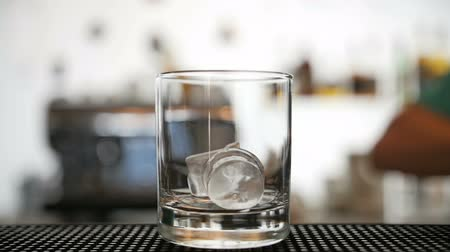 kocka : Pouring ice in a glass