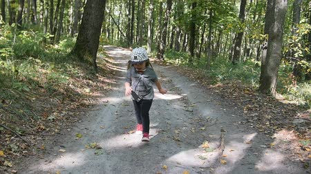 inspiração : Little girl running forward in the forest