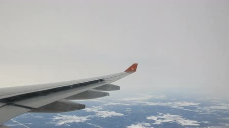 aeroespaço : Wing of plane above the sky