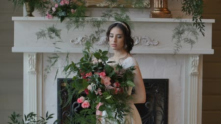 florista : Bride held wedding bouquet in her arms